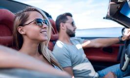 close upp parresanden i en cabriolet royaltyfri fotografi