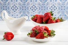 close upp provence Saftiga r?da jordgubbar i det vita porslinet royaltyfri foto
