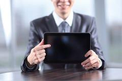 close upp stilig affärsman som pekar på den digitala minnestavlaskärmen royaltyfria foton