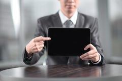 close upp stilig affärsman som pekar på den digitala minnestavlaskärmen royaltyfri bild