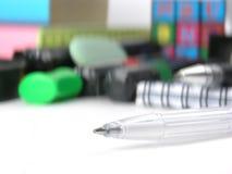 close upp vit penna för bollpunkt på bakgrunden av skolatillförsel Arkivbild
