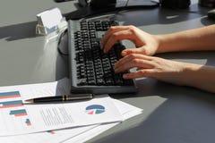 close upp working för kvinna för affärskontor royaltyfri foto