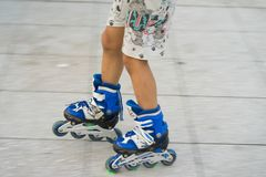 Close-uppanning kinderenrol het schaatsen Het leren openlucht te schaatsen Royalty-vrije Stock Foto