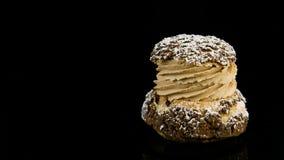 Close-uppanorama neer op enig Frans dessert choux gebakje met bezinning stock video