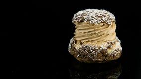 Close-uppanorama omhoog van bezinning over enig Frans dessert choux gebakje stock footage