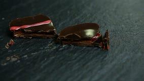 Close-uppanorama op besnoeiing in half klein vierkant chocoladesuikergoed stock video