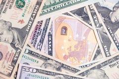 Close-uppartij van Amerikaanse dollar en euro contant geldbankbiljetten Conceptensprong, daling, tarief, muntuitwisseling, schuld stock foto