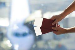 Close-uppaspoorten en instapkaart bij luchthaven stock foto