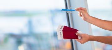 Close-uppaspoorten en instapkaart bij luchthaven binnen royalty-vrije stock afbeelding
