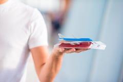 Close-uppaspoorten en instapkaart bij luchthaven binnenvliegtuig als achtergrond royalty-vrije stock afbeelding