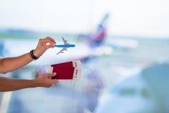Close-uppaspoorten en instapkaart bij luchthaven binnenvliegtuig als achtergrond royalty-vrije stock afbeeldingen