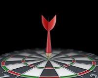 Close-uppijltje in het dartboard wordt geplakt dat Stock Afbeeldingen