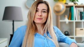 Close-upportret binnen Mooie jonge smilling vrouw die hoofd aan camera draaien stock footage