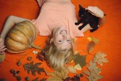 Close-upportret die van de schitterende gelukkige tovenares van de blondefee, haar ogen behandelen met GLB, heet cijfer, lichaam  royalty-vrije stock foto's