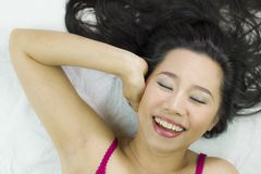 Close-upportret die van gelukkige Aziatische vrouwen op grond met zwart lang haar liggen royalty-vrije stock foto