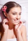 Close-upportret die van vrolijke jonge mooie vrouw in de kuuroordsalon liggen royalty-vrije stock afbeeldingen