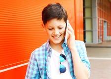 close-upportret het glimlachen de besprekingen van de tienerjongen op smartphone royalty-vrije stock foto's
