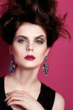 Close-upportret met diep blauw oog, creatieve make-up en roze purpere toebehoren Stock Foto