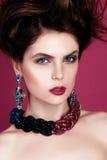 Close-upportret met diep blauw oog, creatieve make-up en roze purpere toebehoren Stock Afbeeldingen