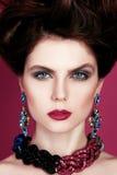 Close-upportret met diep blauw oog, creatieve make-up en roze purpere toebehoren Royalty-vrije Stock Afbeelding