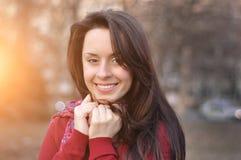 Close-upportret van aantrekkelijke Kaukasische glimlachende vrouw Brunette met een toothy glimlach stock afbeelding