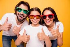 Close-upportret van aardige mooie aantrekkelijke vrolijke blije mensen die pretdag hebben die kleurrijke moderne oogglazen dragen stock foto