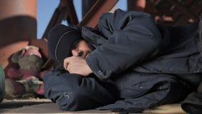 Close-upportret van dakloze hogere mannelijke slaap stock video