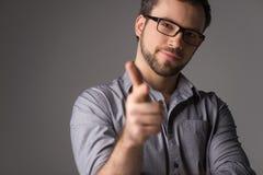 Close-upportret van de aantrekkelijke jonge mens die kanonteken tonen Stock Afbeeldingen