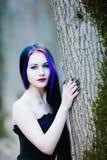Close-upportret van de gotische vrouw in het donkere bos Stock Foto's