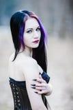 Close-upportret van de gotische vrouw in het donkere bos Royalty-vrije Stock Afbeeldingen