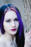 Close-upportret van de gotische vrouw in het donkere bos Royalty-vrije Stock Foto's
