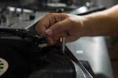 Close-upportret van de handen van DJ op materiaaldek en Royalty-vrije Stock Foto's