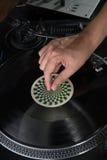 Close-upportret van de handen van DJ op materiaaldek en Stock Foto's