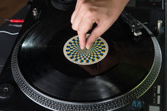 Close-upportret van de handen van DJ op materiaaldek en Royalty-vrije Stock Afbeeldingen