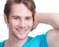 Close-upportret van de jonge gelukkige mens. Royalty-vrije Stock Foto's