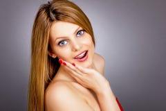 Close-upportret van de verraste mooie hand van de meisjesholding op haar Stock Afbeelding