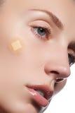 Close-upportret van de zuiverheidsgezicht van de mooie vrouw met natuurlijke samenstelling Leuk model met schone glanzende huid M Royalty-vrije Stock Foto