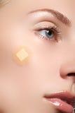 Close-upportret van de zuiverheidsgezicht van de mooie vrouw met natuurlijke samenstelling Leuk model met schone glanzende huid M Stock Foto
