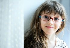 Close-upportret van donkerbruin kindmeisje royalty-vrije stock afbeelding