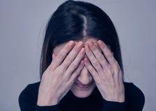 Close-upportret van donkerbruine vrouw met gesloten ogen Stock Fotografie