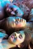 Close-upportret van drie mooie vrienden die van blondevrouwen stellen bij Royalty-vrije Stock Foto
