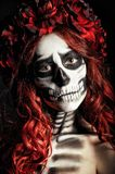 Close-upportret van droevig jong meisje met muertosmake-up (suikerschedel) Stock Foto's