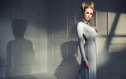 Close-upportret van een aantrekkelijke blonde dame stock afbeeldingen