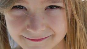 Close-upportret van een gelukkig meisje die bij camera glimlachen langzaam stock video
