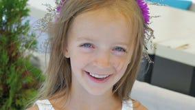 Close-upportret van een gelukkig meisje die in lach barsten langzaam stock footage