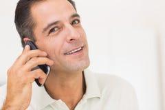 Close-upportret van een glimlachende mens die mobiele telefoon met behulp van Royalty-vrije Stock Foto