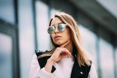 Close-upportret van een jong sexy meisje hipster royalty-vrije stock fotografie