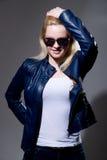 Close-upportret van een jonge blonde vrouw in zonnebril en leer Royalty-vrije Stock Foto