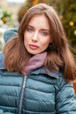 Close-upportret van een jonge vrouw in de winter onderaan jasje royalty-vrije stock afbeelding
