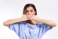 Close-upportret van een jonge vrouw die haar mond behandelen met haar beide handen Geen vrijheid van toespraak, stilte, het verbe royalty-vrije stock fotografie